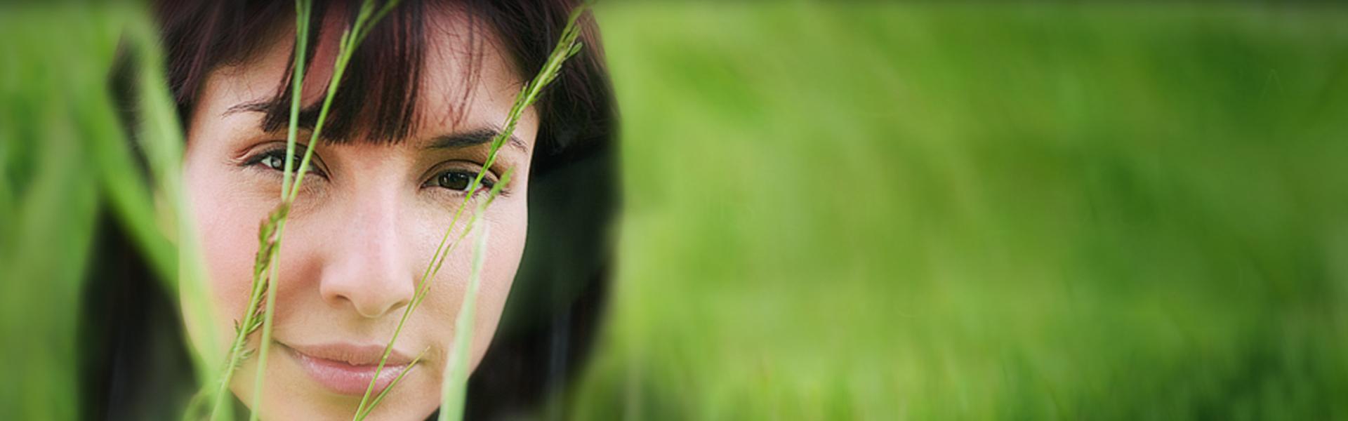 DCG - Kvinna i gräs